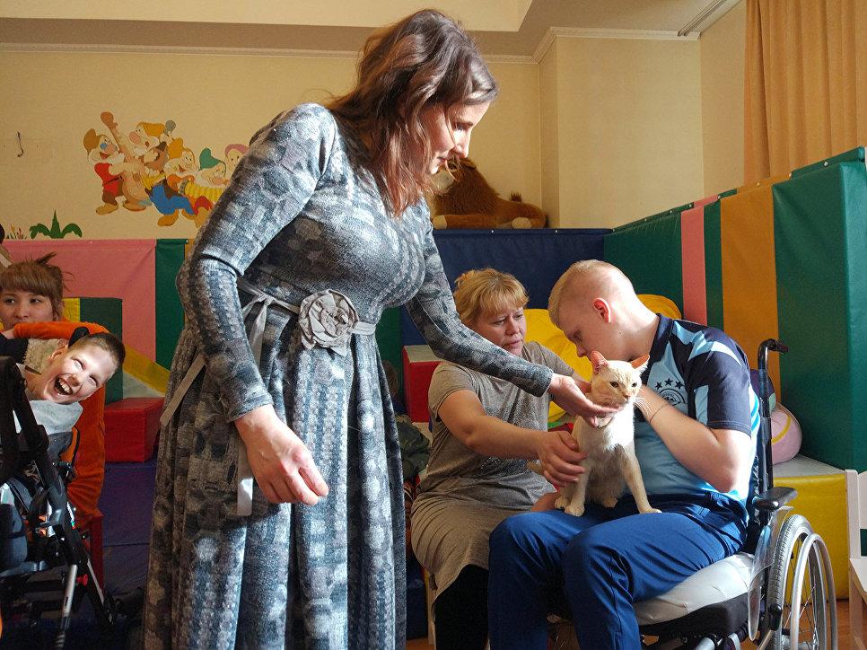 На встречу с котами-терапевтами в игровой комнате Детского хосписа собрались подопечные учреждения и их родители