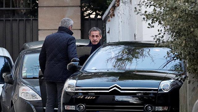 Николя Саркози возле своего дома в Париже, Франция. 21 марта 2018