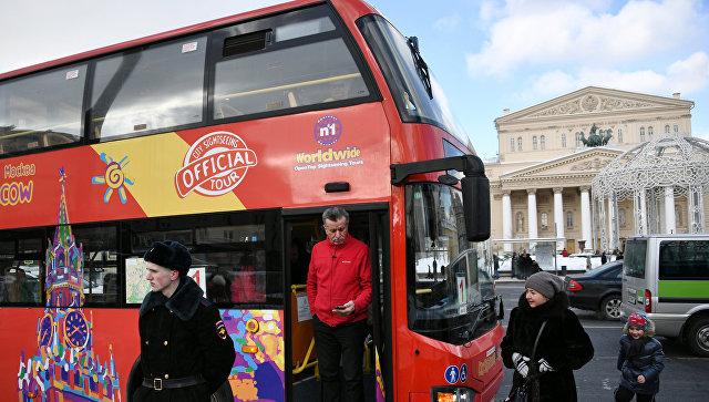 Экскурсионный автобус в Театральном проезде в Москве. Архивное фото