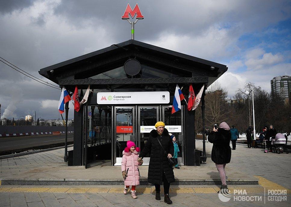 Пассажиры у станции метро «Селигерская» Люблинско-Дмитровской линии Московского метрополитена
