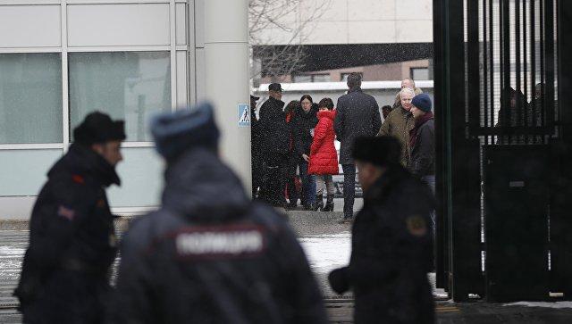 Высланные из России британские дипломаты покинули посольство