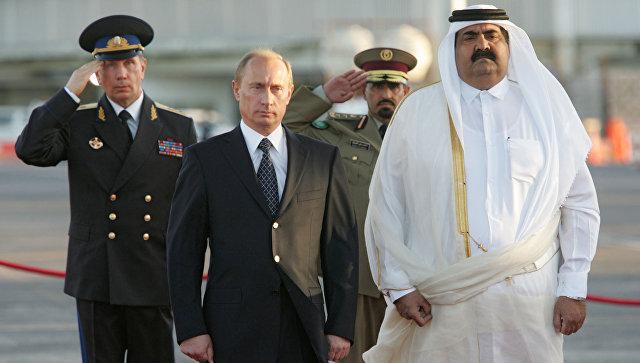Президент России Владимир Путин и эмир Катара шейх Хамад бен Халифа Аль Тани во время официальной встречи в аэропорту столицы Катара Дохе. 12 февраля 2007 года