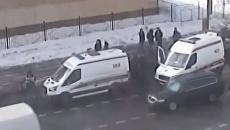 Стопкадр записи камеры видеонаблюдения с моментом наезда автомобиля скорой помощи на пешеходов в Москве