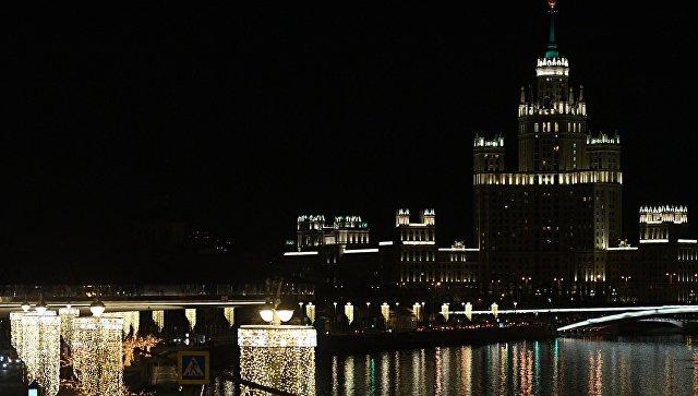 Дом на Котельнической набережной во время отключения подсветки в рамках экологической акции Час Земли. 24 марта 2018