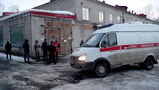 Автомобиль скорой помощи у здания Кемеровского областного бюро судебно-медицинской экспертизы, куда доставлены тела погибших при пожаре в ТЦ Зимняя вишня