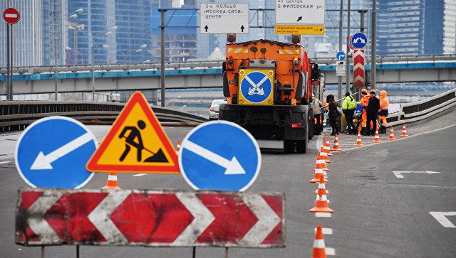 Рабочие ремонтируют участок дороги в Москве. Архивное фото