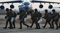 Воздушно-десантные войска на аэродроме во время тактических учений. Архивное фото