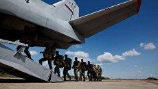 Военнослужащие десантно-штурмовой бригады ВДВ заходят в транспортный самолет Ан-26. Архивное фото