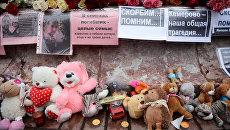 Мемориал на площади Труда в Екатеринбурге, посвященный погибшим при пожаре в торговом центре Зимняя вишня в Кемерово. Архивное фото