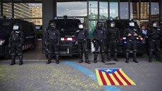 Сотрудники правоохранительных органов в Барселоне во время акции протеста против ареста Карлеса Пучдемона. Архивное фото