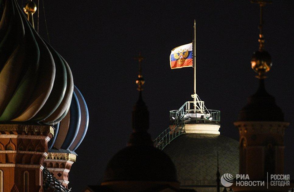 Штандарт президента РФ над зданием Сената в Московском Кремле, приспущенный в память о погибших при пожаре в торговом центре «Зимняя вишня» в Кемерово