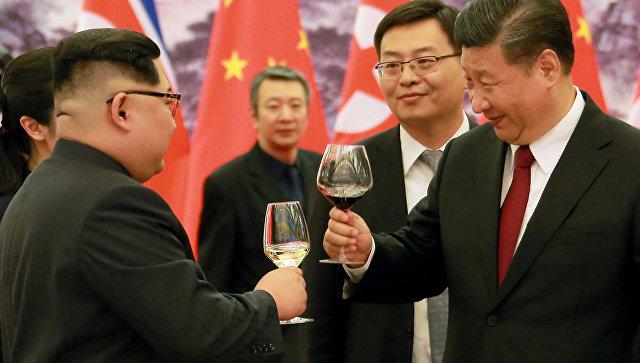 Председатель Китая Си Цзиньпин и лидер КНДР Ким Чен Ын в Пекине. 28 марта 2018