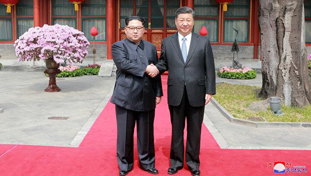 Лидер КНДР Ким Чен Ын с президентом Китая Си Цзиньпином в Пекине