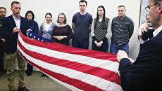 Заместитель главы миссии США в РФ Энтони Годфри и генконсул США в Санкт-Петербурге Томас Лири складывают флаг США на Фурштатской улице в Санкт-Петербурге. 1 апреля 2018