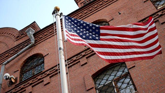 Флаг возле здания генерального консульства США в Екатеринбурге.