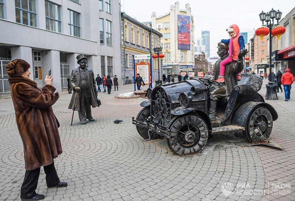 Жители города возле скульптурной композиции Банкир и Автомобилист в Екатеринбурге