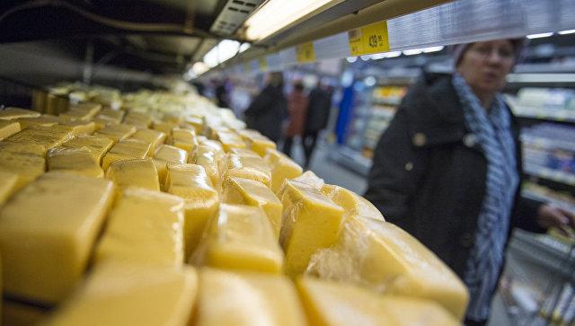Сырная продукция на прилавке магазина