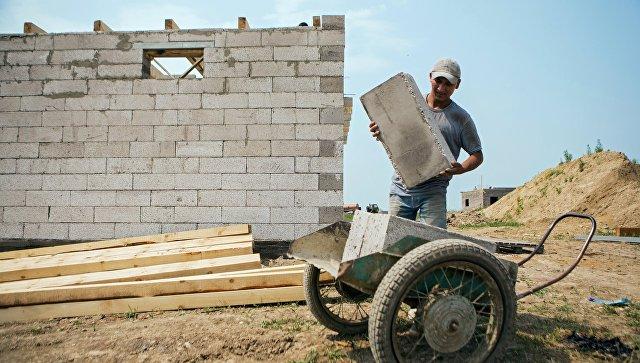 Рабочий на строительстве дома