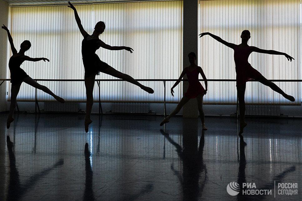Балерины в балетном классе Новосибирского государственного хореографического училища.