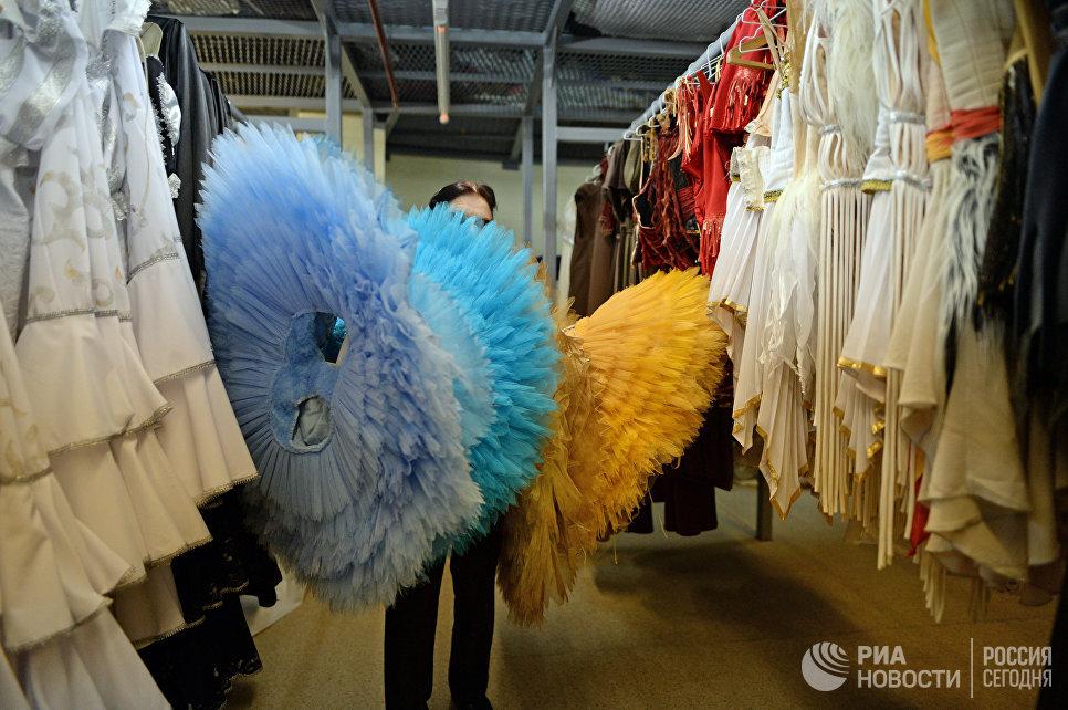 На костюмерном складе Новосибирского оперного театра.
