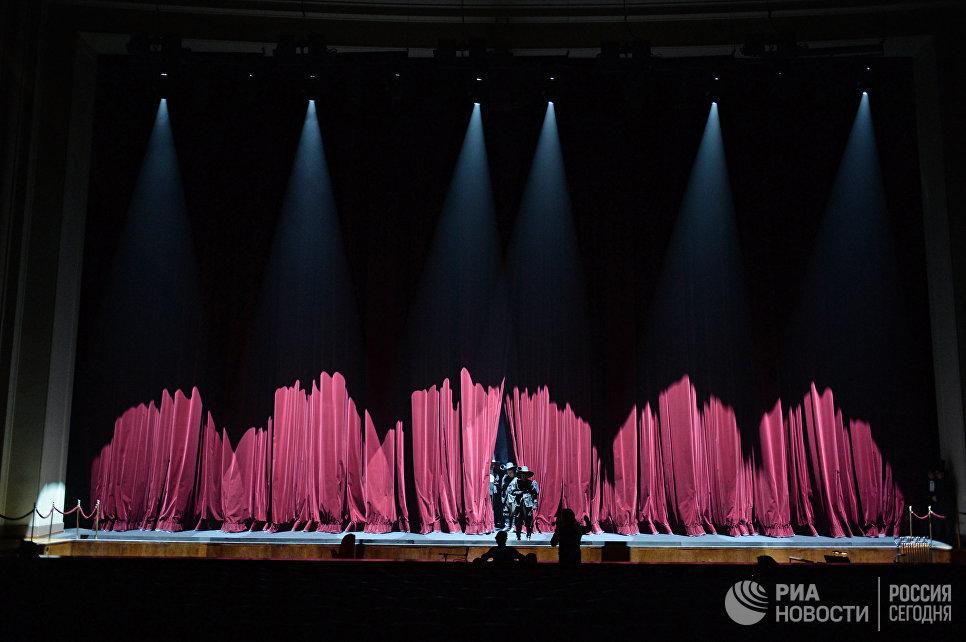 На сцене Новосибирского оперного театра.