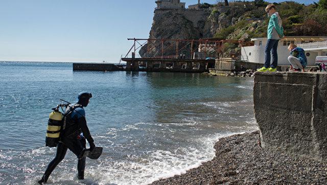 Водолаз аварийно-спасательной службы Крым-Спас во время работы по обследованию и очистке дна акватории пляжей Крыма перед началом курортного сезона