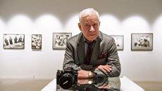 Фотограф Юрий Абрамочкин на своей выставке Полет сквозь время. Архивное фото