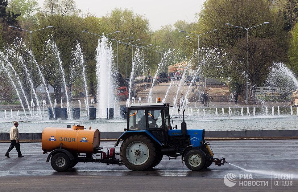 Поливальная машина на территории Центрального парка культуры и отдыха имени Горького