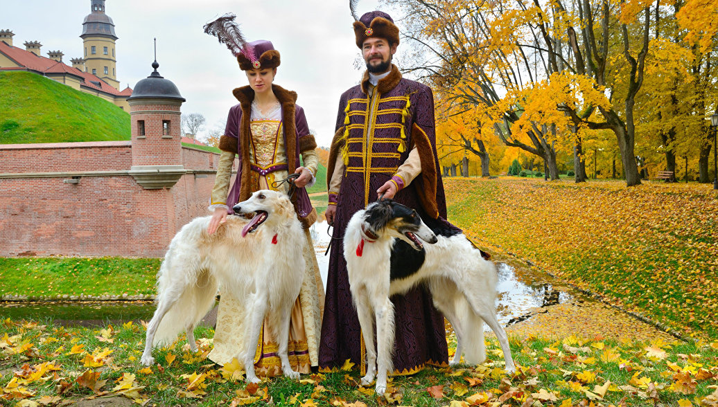 Люди в исторических костюмах возле Несвижского замка