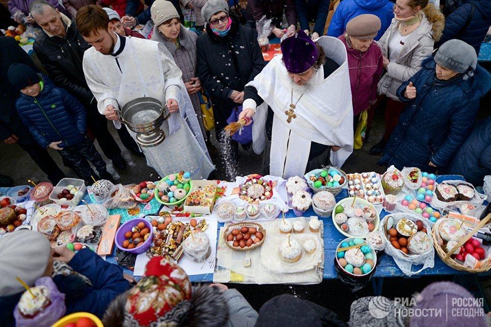Освящение пасхальных куличей и яиц в Великую субботу в Вознесенском кафедральном соборе в Новосибирске