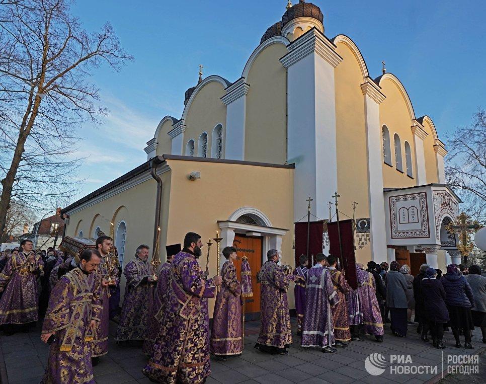 Священнослужители во время крестного хода в Воскресенском кафедральном соборе Берлинской и Германской епархии Русской православной церкви в Берлине