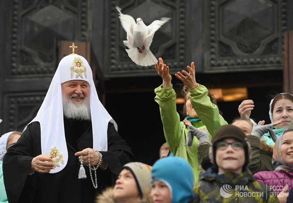 Патриарх Московский и всея Руси Кирилл выпускает голубей после богослужения в праздник Благовещения Пресвятой Богородицы в кафедральном соборном Храме Христа Спасителя в Москве