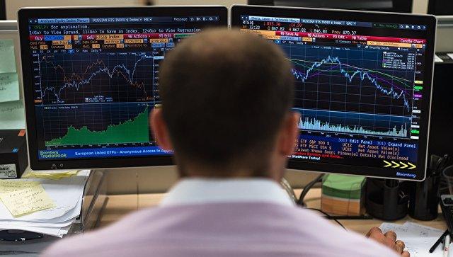 Сотрудник в офисе Московской биржи. Архивное фото