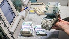 Банкноты номиналом 1000 рублей во время счетно-сортировочных работ