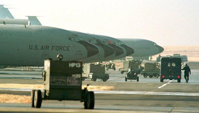 Семнадцать самолетов ВВС США КС-135 готовятся к вылету в поддержку операции Лиса пустыни
