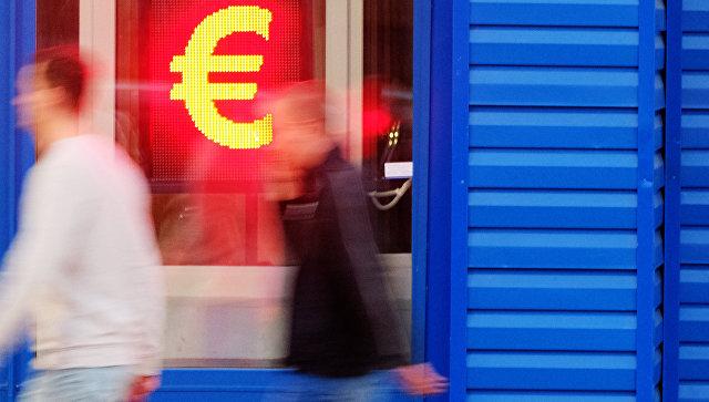 Знак евро на табло курса обмена валют