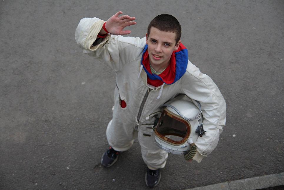 Артековец лагеря Морской Сергей Мезенцев в костюме космонавта
