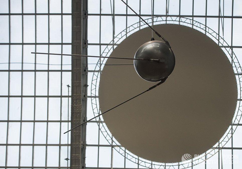 Макет первого искусственного спутника Земли Спутник номер 1 в павильоне Космос центра Космонавтика и авиация на ВДНХ
