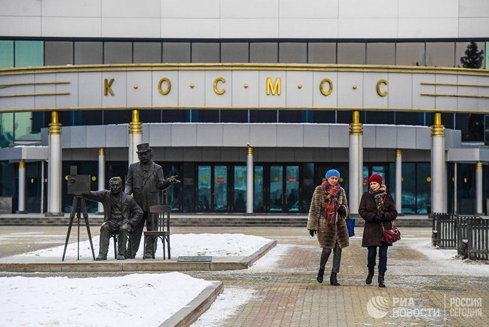 Памятник братьям Люмьер у киноконцертного театра Космос в Екатеринбурге