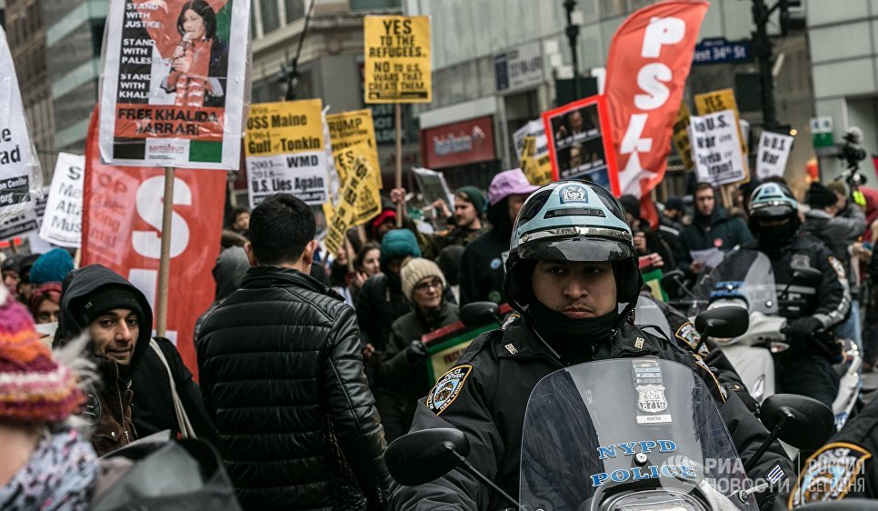 Участники акции протеста против ударов по Сирии в Нью-Йорке