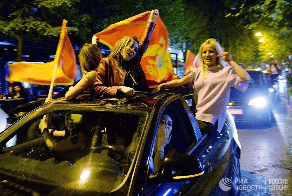 Люди радуются победе лидера Демократической партии социалистов Черногории Мило Джукановича в первом туре президентских выборов