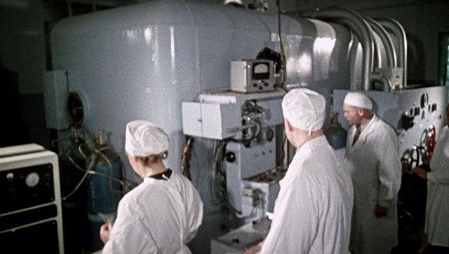Медицинский персонал ведет наблюдение за состоянием космонавта, находящегося в барокамере. Архивное фото