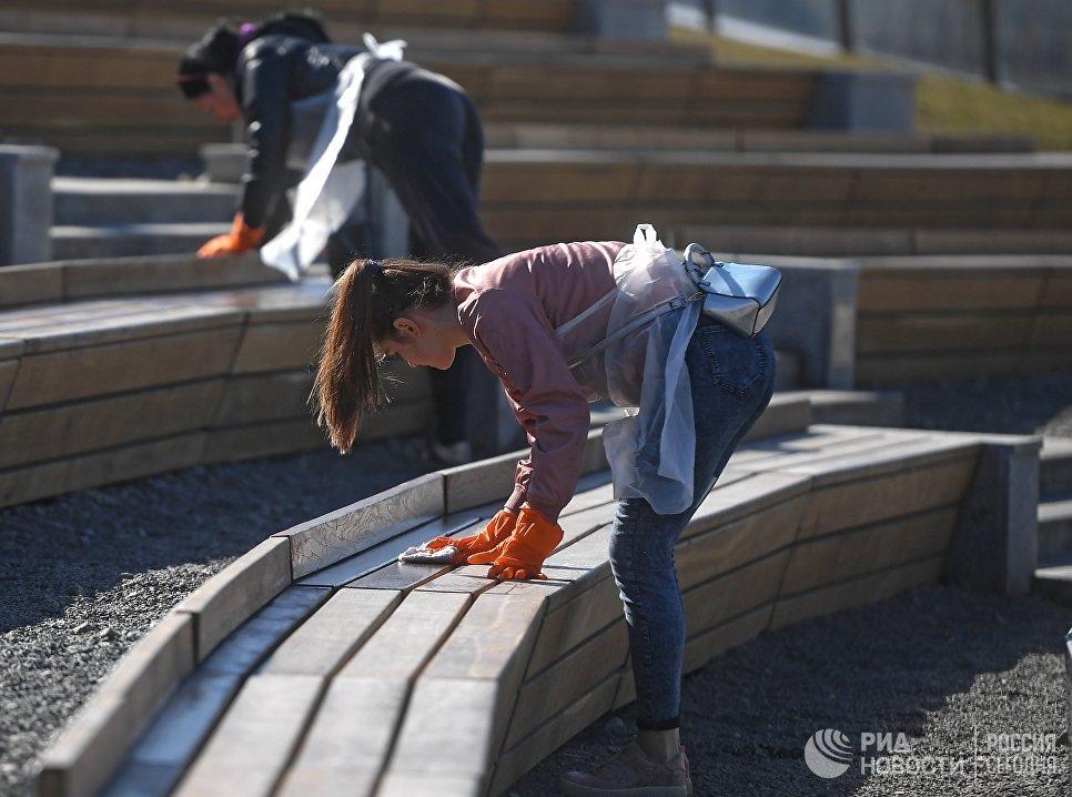 Участники городского субботника в парке Зарядье в Москве