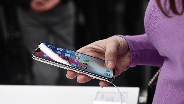 Покупательница рассматривает новый смартфон iPhone X