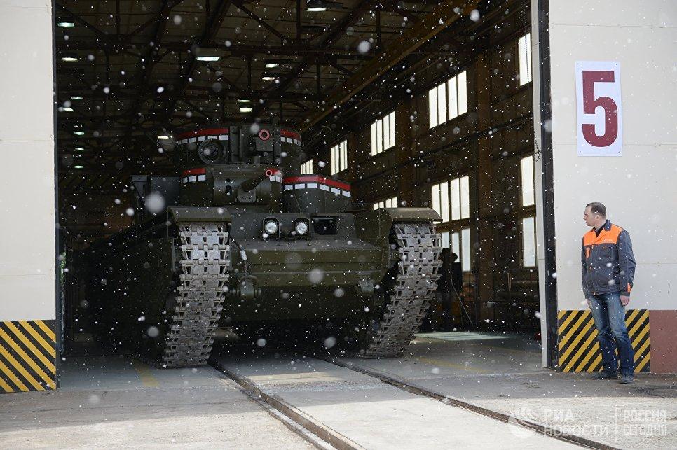 Копия советского многобашенного тяжёлого танка Т-35, воссозданного специалистами участка ремонта и реставрации военной техники АО Уралэлектромедь в Екатеринбурге, выезжает из ангара предприятия