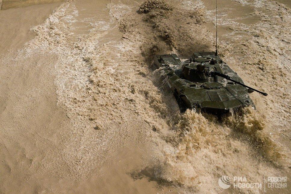БМД 2 преодолевает водное препятствие на армейском конкурсе Десантный взвод в Краснодарском крае