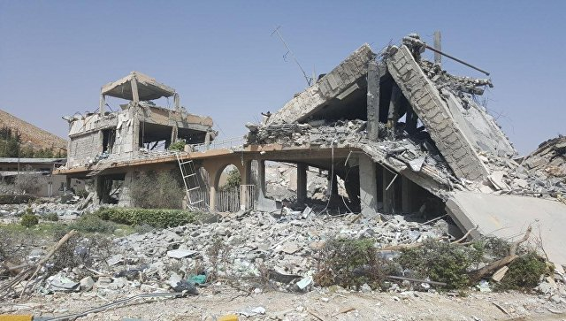 Здание, разрушенное в результате авиаударов коалиции. Архивное фото