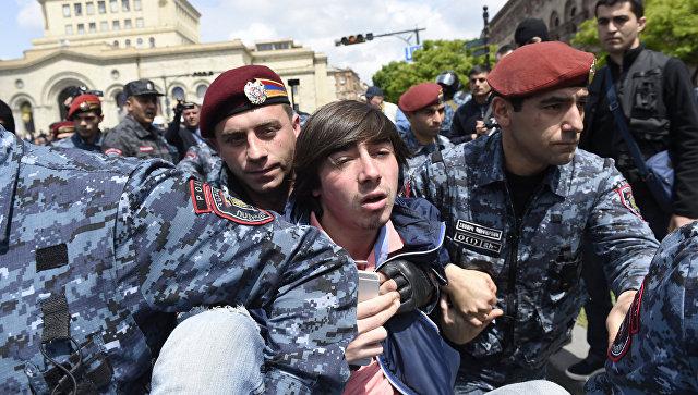 Задержание полицейскими участника акции протеста на площади Республики в Ереване. 22 апреля 2018
