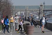 Горожане отдыхают на Фрунзенской набережной в Москве