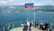 Участники Ялтинского международного экономического форума на паруснике Херсонес в Крыму